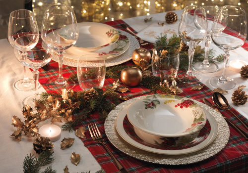 Brandani's Sottobosco: porcelain plates set with Christmas decorations and gold underplates