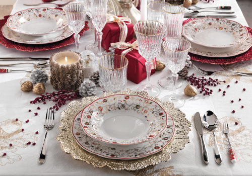 Tempo di Festa: colored porcelain plates and gold underplates for your Christmas